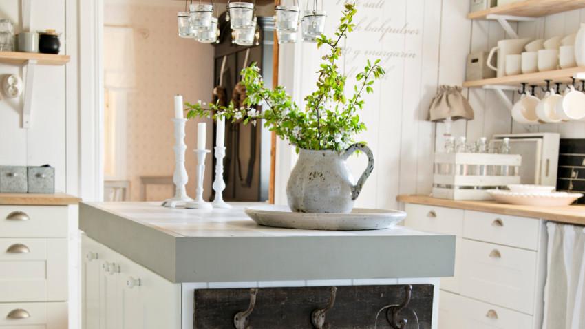 Salon z kuchnią w stylu prowansalskim