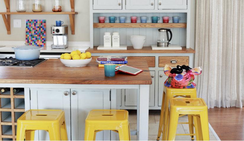 Żółte meble kuchenne w klasycznej aranżacji