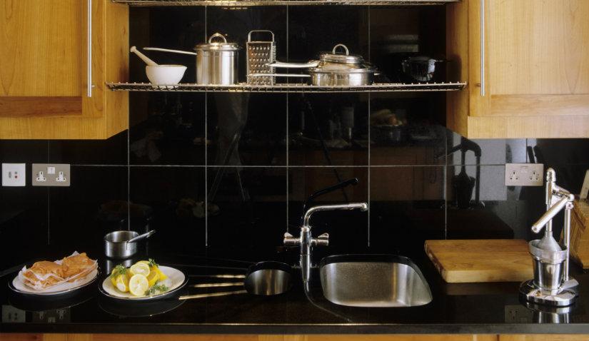 Czarne meble kuchenne drewniane