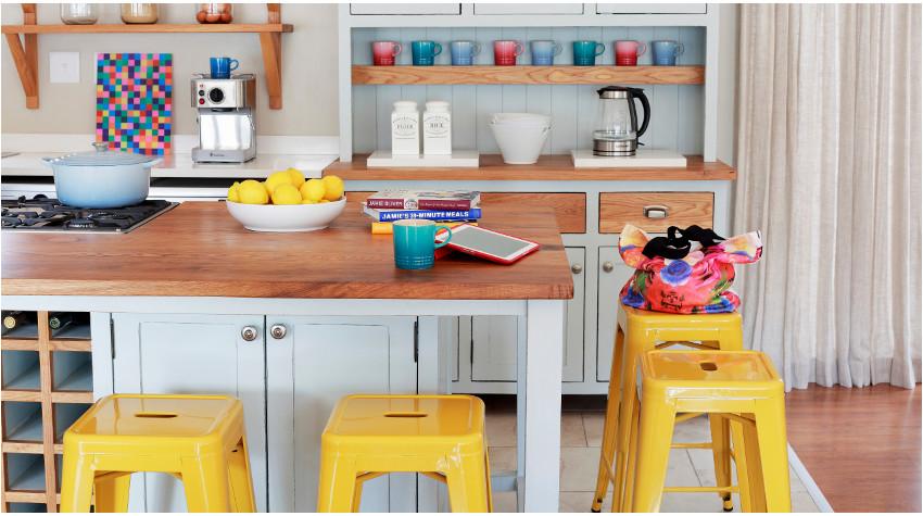 Lakierowane stołki w żółtej kuchni