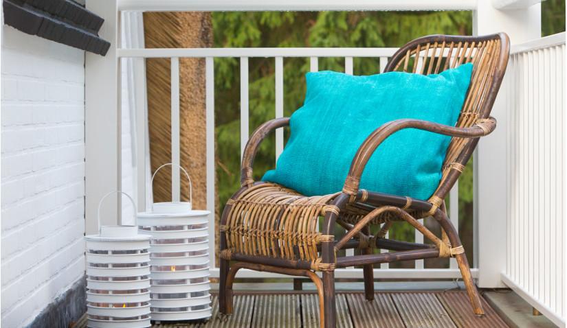 Balkon drewniany w jasnych kolorach
