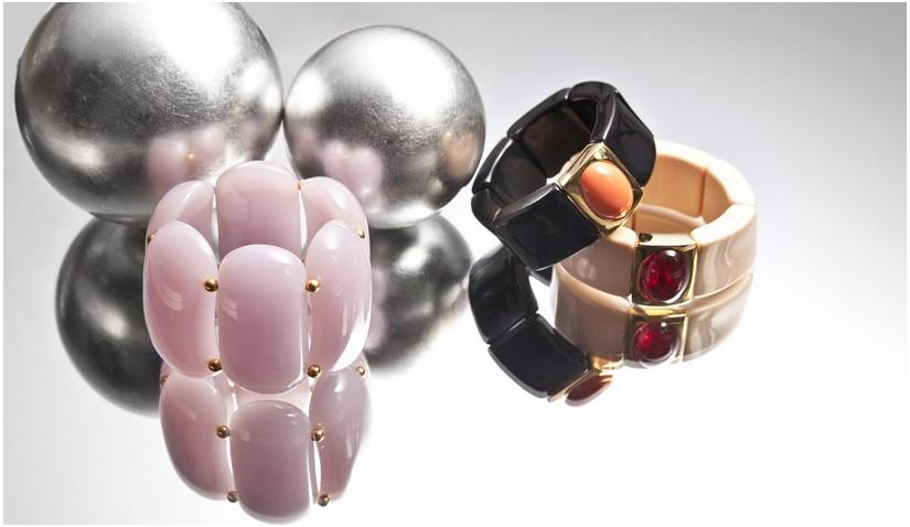 Czarna bransoletka i bransoletki w innych kolorach