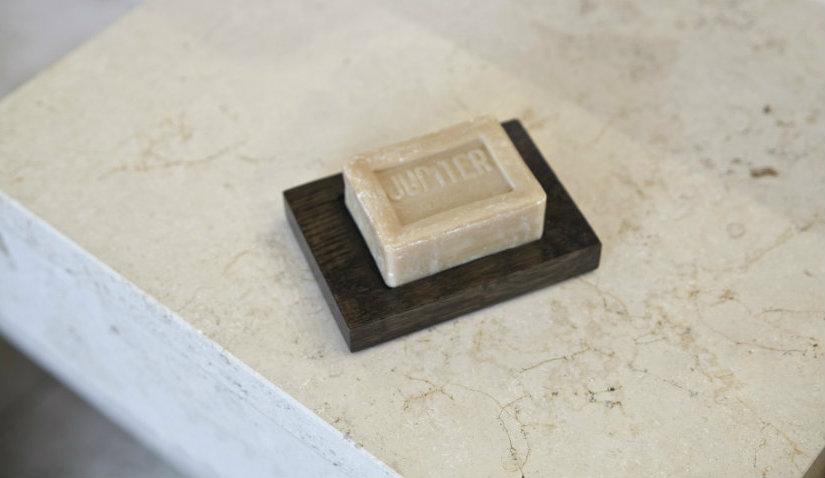 Mydelniczka drewniana w łazience