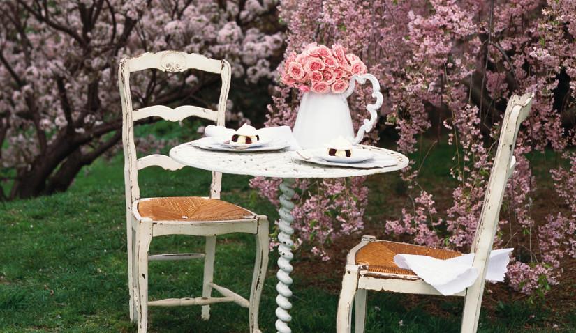 Nowoczesna pergola obsypana kwiatami
