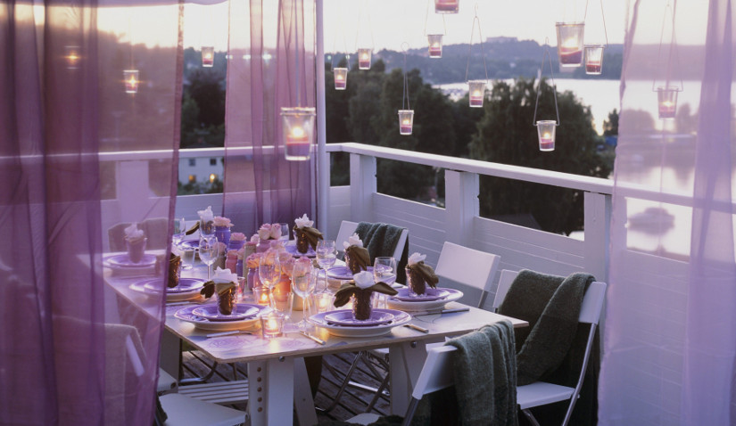 Nowoczesny balkon z moskitierą