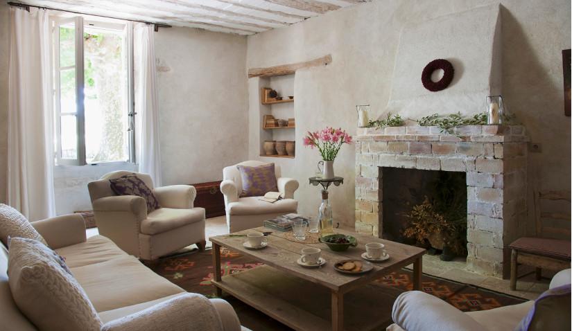 Salon w stylu rustykalnym w beżowej tonacji