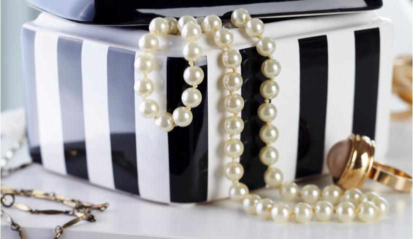 Złote pierścionki i elegancka szkatułka