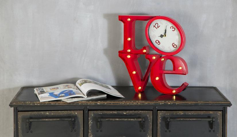 Zegar stołowy na komodzie