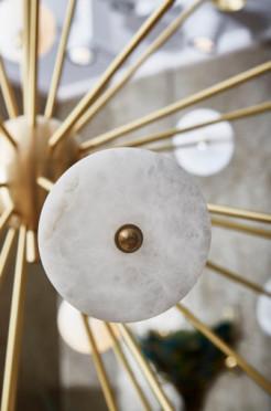 Lustre Sputnik de design organique en laiton et albâtre