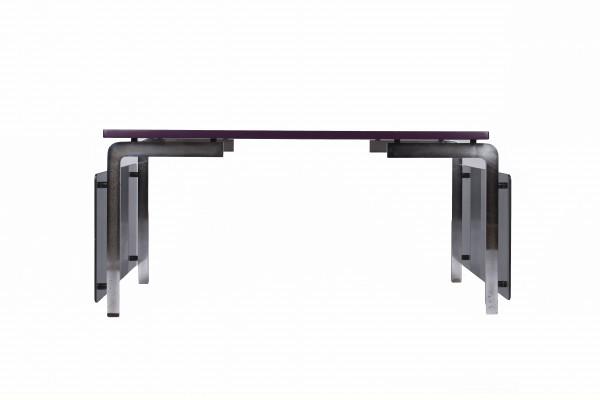 Modernistisch art-deco bureau. Verchroomde metalen structuur, twee transparante glazen zijpanelen, paars gelakt houten schap.
