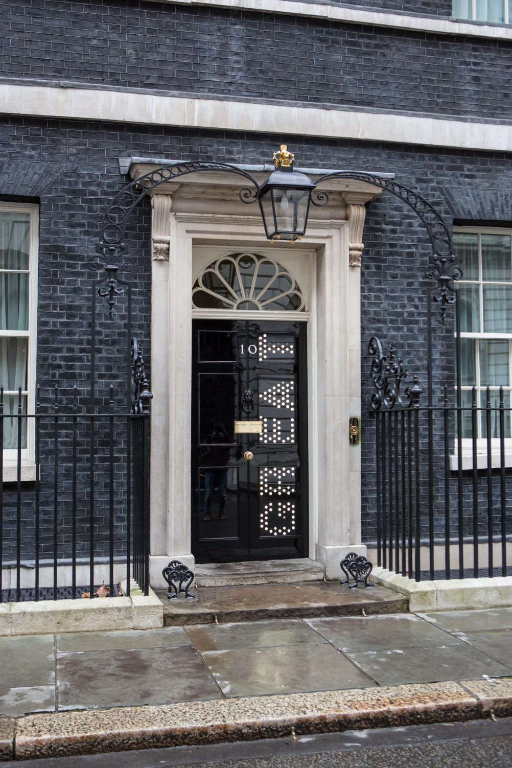 jason bruges lights up the door of 10 downing street design week. Black Bedroom Furniture Sets. Home Design Ideas