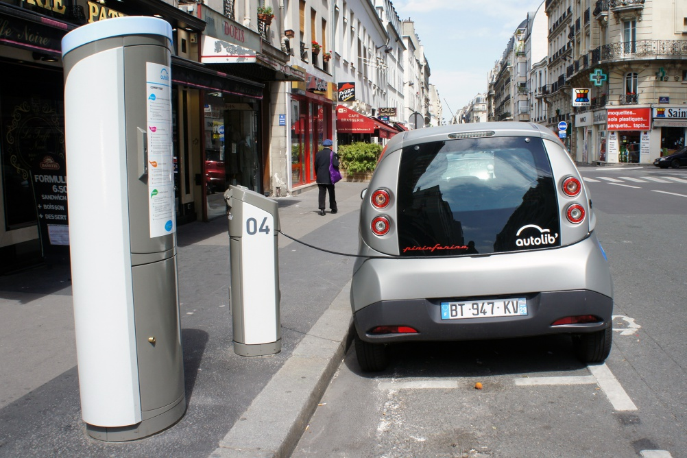 Bluecar charging in Paris. Image by flickr user mariordo59