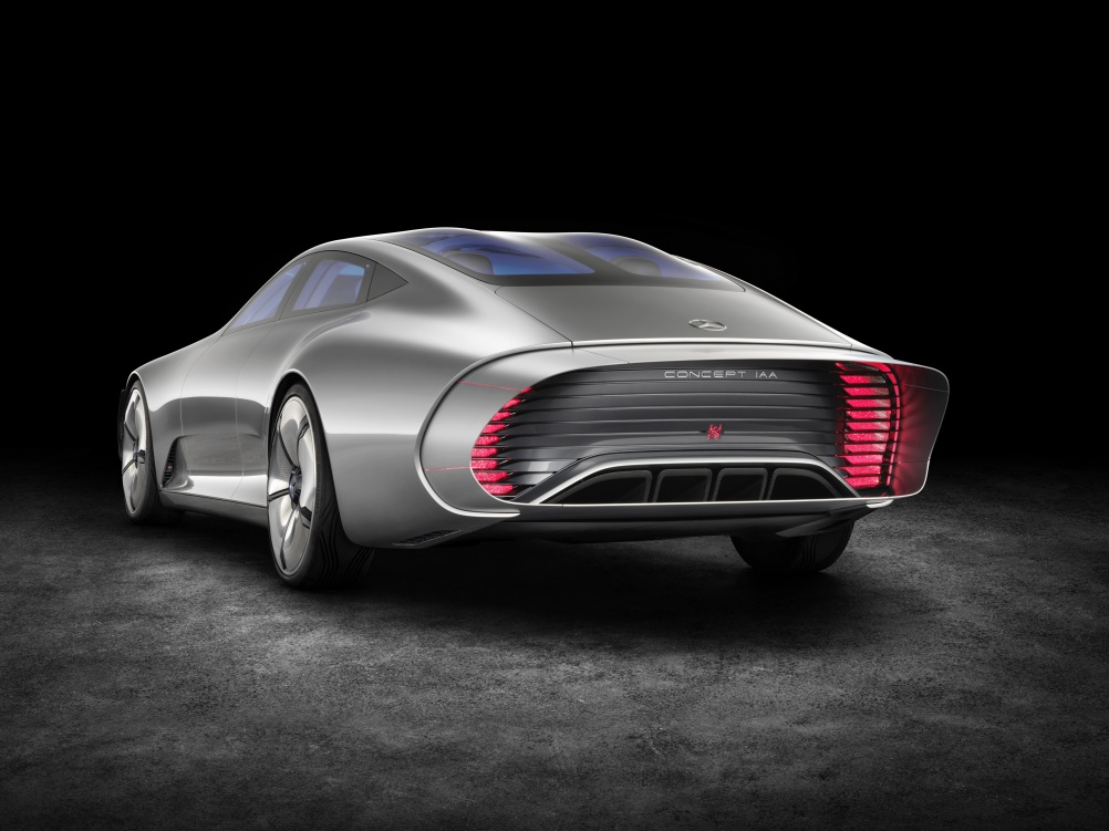 "Mercedes-Benz ""Concept IAA"" (Intelligent Aerodynamic Automobile). Per Knopfdruck, oder ab einer Geschwindigkeit von 80 km/h, verändert sich automatisch die Gestalt vom Design-Modus in den Aerodynamik-Modus. The study switches automatically from design mode to aerodynamic mode when the vehicle reaches a speed of 80 km/h, whereby numerous aerodynamics measures alter the shape of the vehicle."