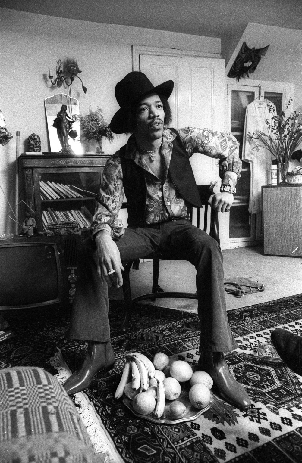 384A_8. Jimi Hendrix at 23 Brook Street, 1969. Credit (c)Barrie Wentzell