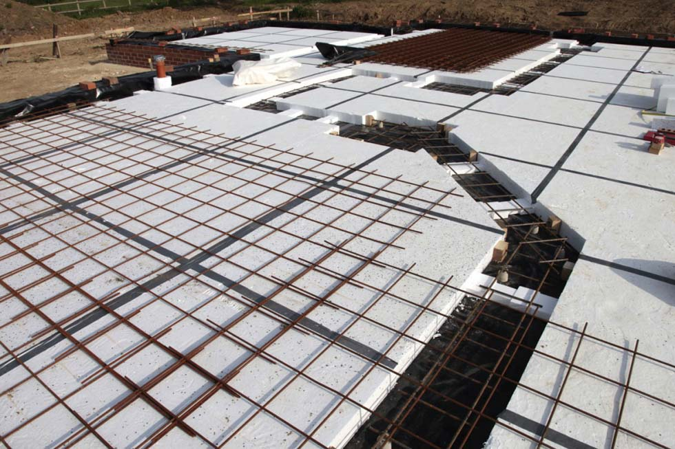 Laying steel reinforcement insulated passive slab