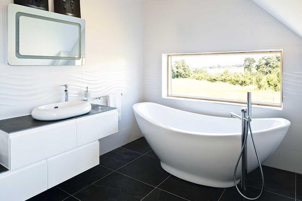 bathroom-amor-view-window