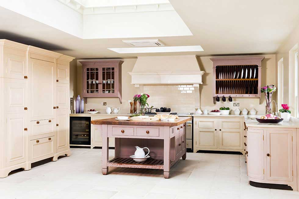 Choosing an english kitchen period living for Classic english kitchen designs
