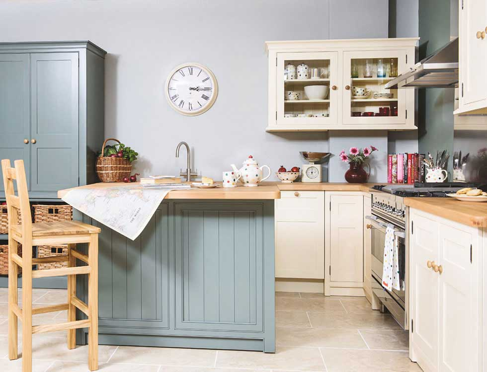 Choosing an english kitchen period living for English style kitchen cabinets
