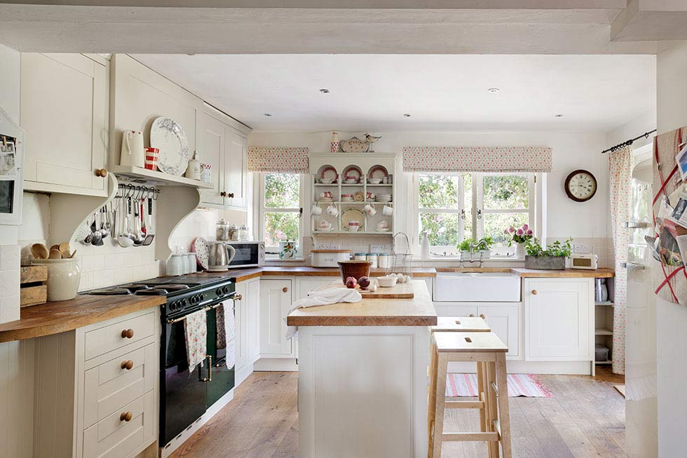 traditional country style cottage kitchen