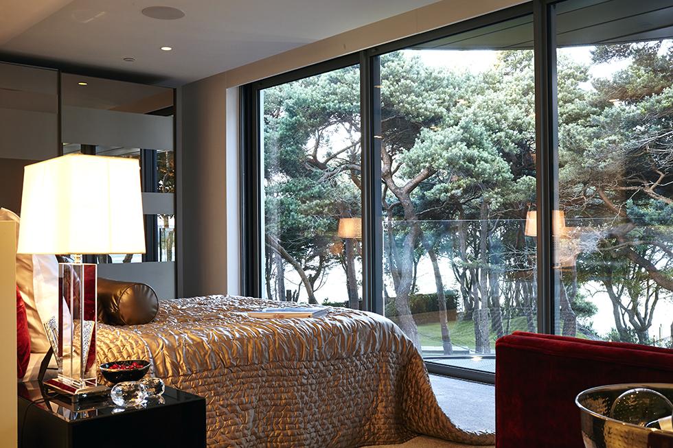 5.Celia_Sawyer_luxury_bedroom_IMG_8440