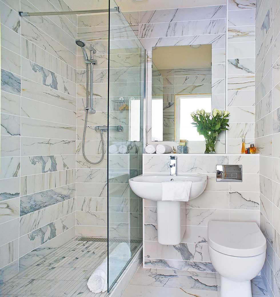 Fabra apartment bathroom