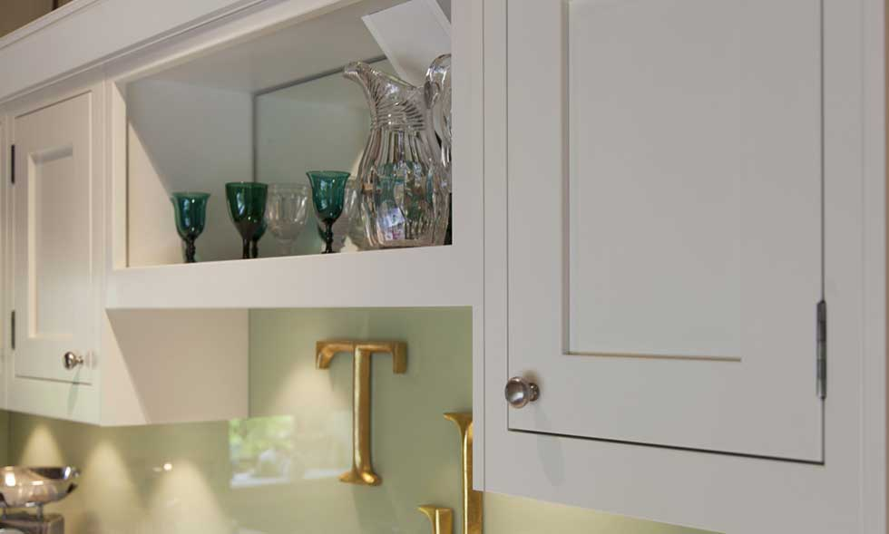 traditional-kitchen-mirrored-shelf