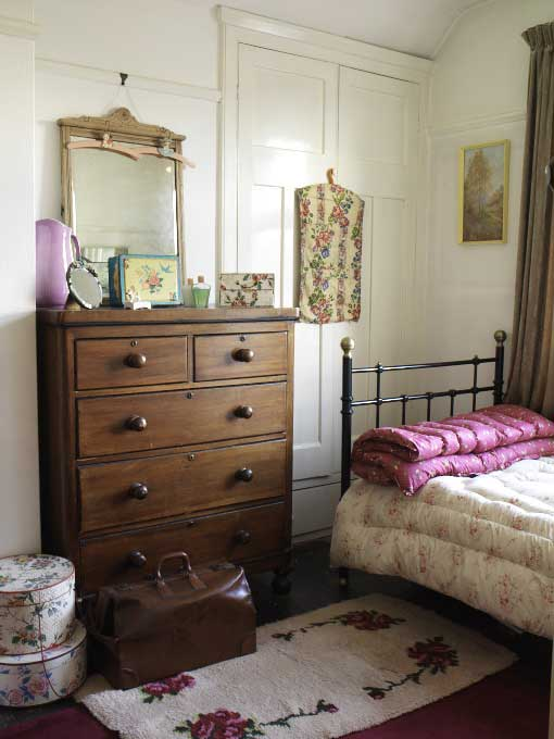 Choose antique furniture for a vintage-style bedroom