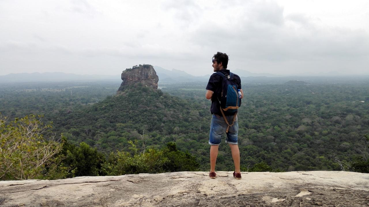 Top tip: Výhled na Sigiriya rock stojí v přepočtu přes 600 Kč. Když vylezete na skálu vedle na tzv. Cheap rock, tak zaplatíte 80 Kč a budete mít daleko hezčí výhled.