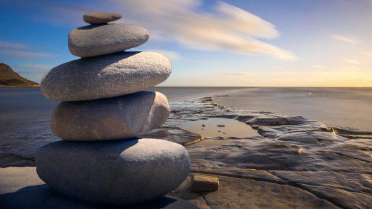 Arte della serenità: dei sassi che guardano il mare