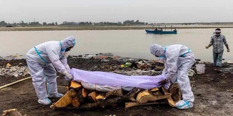 На берегу Ганга в Индии обнаружили десятки человеческих тел: что произошло и при чем здесь коронавирус