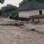 На Буковине ливень размыл дороги, подтоплены десятки сел (видео)