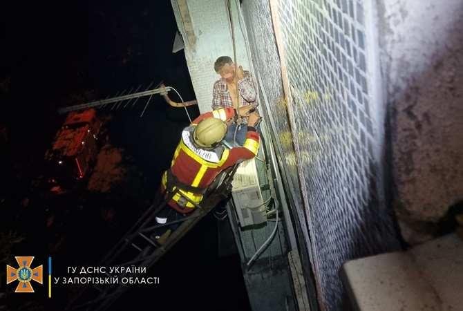В Запорожье мужчина выпал из окна, но зацепился за кондиционер