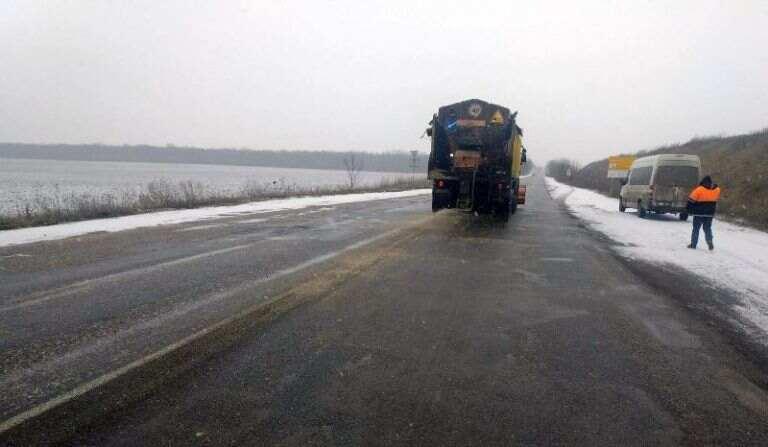 На дорогах Черкащини під час снігопаду працювало більше 100 одиниць спецтехніки