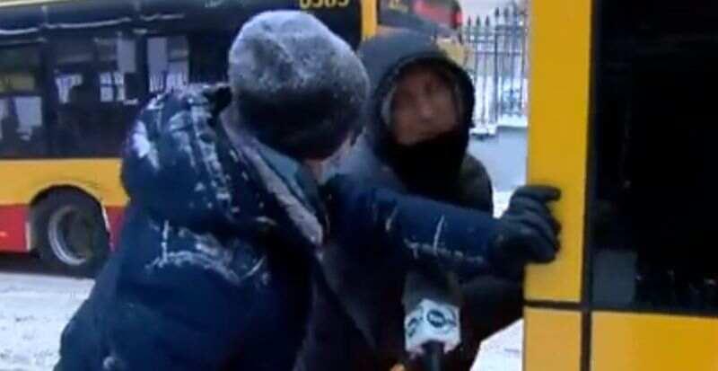 Белорус в Варшаве вытолкал автобус из снежной ловушки и покорил поляков: мужчине подарили проездной (видео)