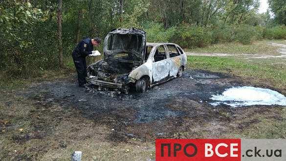 Автомобіль, в якому, ймовірно, їхали учасники ранкової стрілянини в Черкасах, згорів (ФОТО, ВІДЕО)