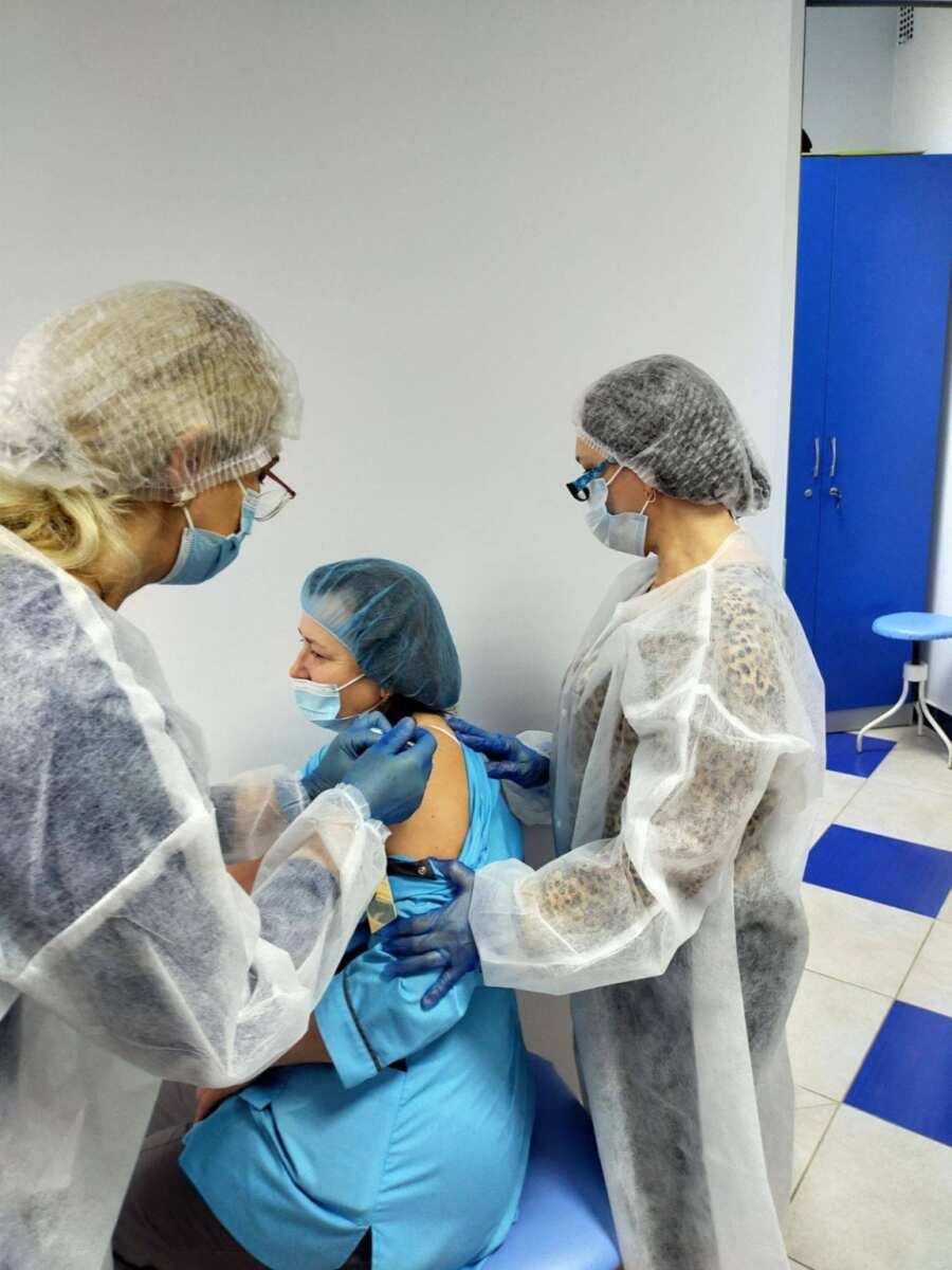 У Франківську від COVID вакцинувалися вже 56 медиків