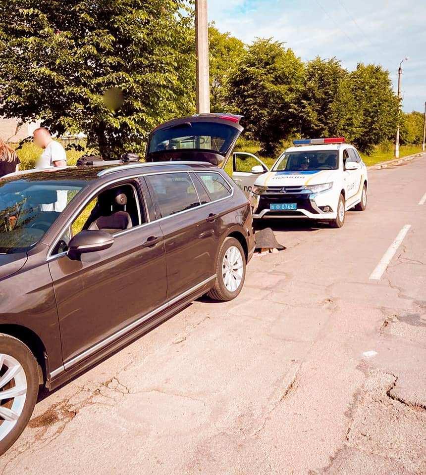 У Калуші поліцейські зупинили п'яного водія – у салоні знайшли зброю та наркотики