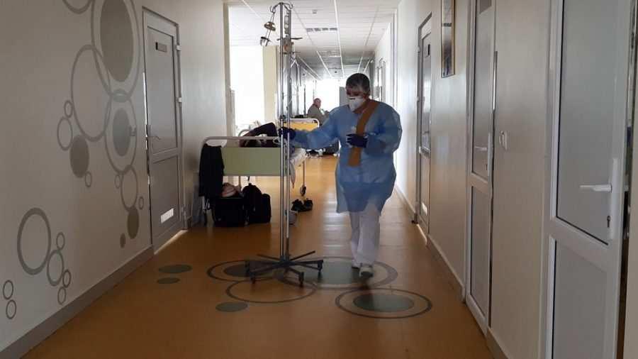 Люди лежать в коридорах: франківська центральна лікарня вщент заповнена хворими на COVID-19