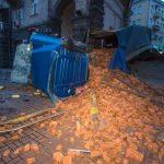 В центре Киева напротив мэрии перевернулась фура с кирпичами