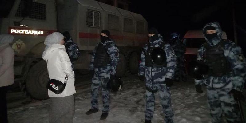 Ночное вторжение: в Крыму устроили массовые обыски в домах крымских татар (фото)