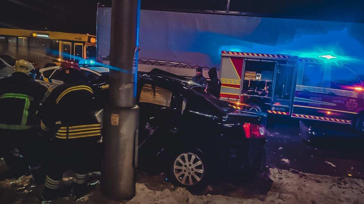 В Киеве в результате ДТП на Северном мосту водителя из авто вырезали спасатели