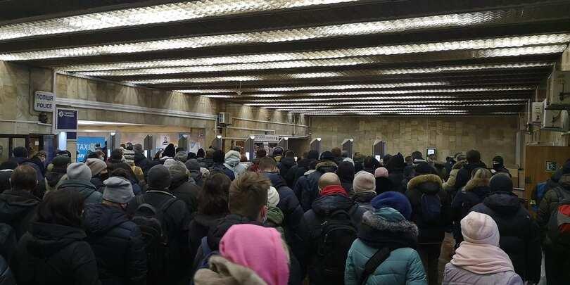 Настанции «Героев Днепра» вновь образовались толпы