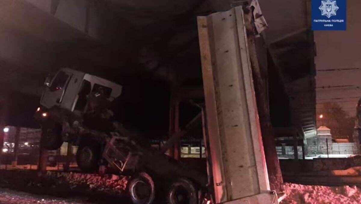 В Киеве грузовик с открытым кузовом застрял под мостом