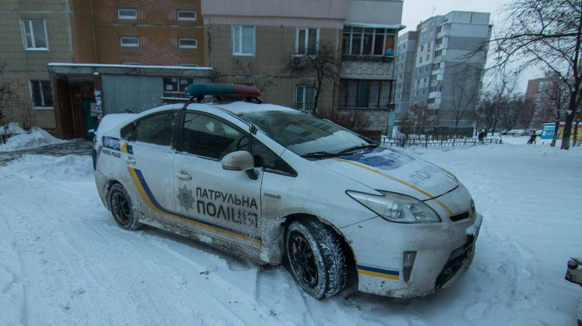 В Киеве 13-летняя девочка упала с балкона многоэтажки