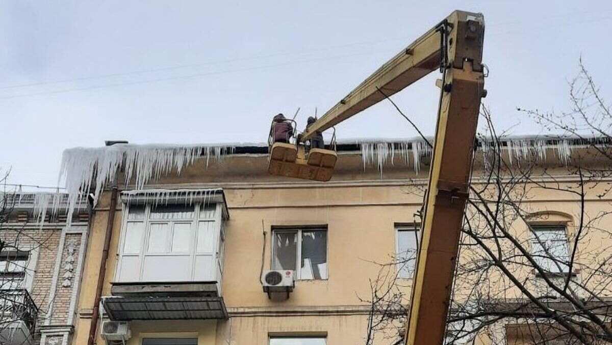 В Киеве здания очищают от опасных сосулек: что нужно знать водителям и пешеходам