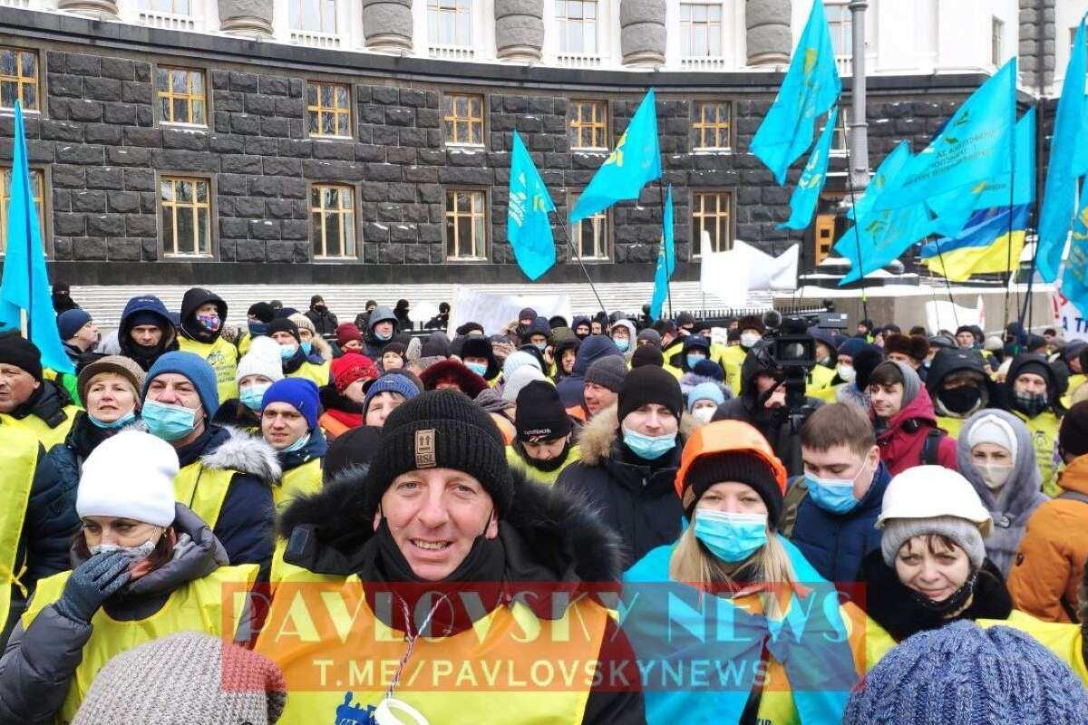 """Под Кабмином железнодорожники требуют отставки главы """"Укрзализныци"""" Жмака"""