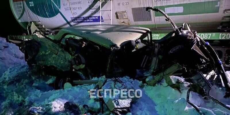 Пассажира вырвало из салона и протянуло около километра: товарный поезд врезался в авто на переезде в Киеве (фото, видео)