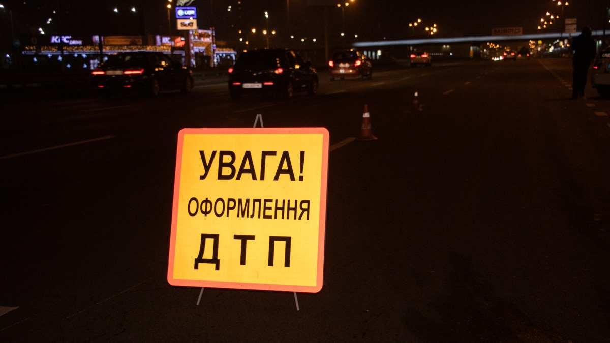 В Киевской области водитель на Dacia Logan насмерть сбил девушку и мужчину