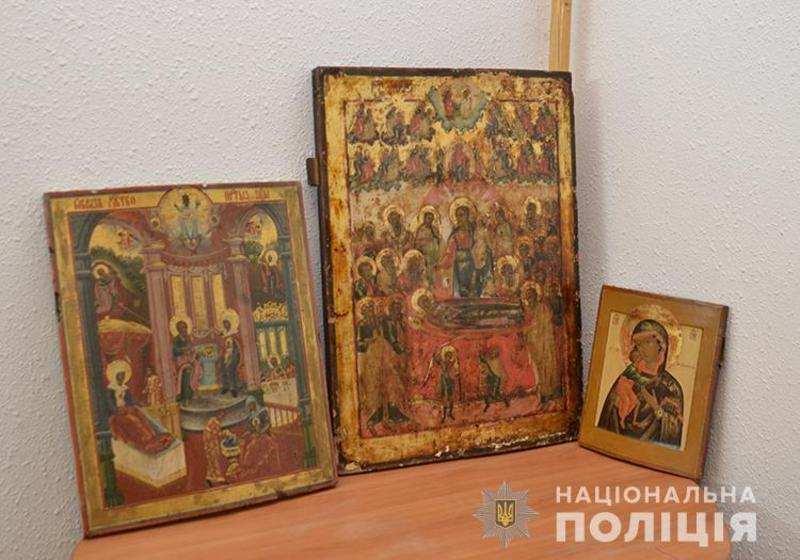 Тернопільські поліцейські повернули на Хмельниччину викрадені ікони