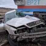 Поезд смял авто на Донетчине: пострадавшим пассажирам помогали бойцы ВСУ (фото)